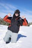 Junger Mann im Winterwald, den Winterschnee genießend Stockfotos