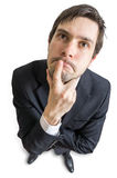 Junger Mann ist, betrachtend denkend und Sie Ansicht von oben Getrennt auf weißem Hintergrund Lizenzfreies Stockbild