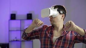Junger Mann ist in den Gläsern der virtuellen Realität glücklich VR stock video footage