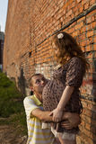 Junger Mann küßt seine schwangere Frau Stockfotos