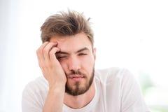 Junger Mann kann ` t aufwachen lizenzfreie stockfotos