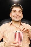 Junger Mann am Kino Lizenzfreie Stockfotografie