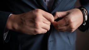 Junger Mann kleidete in der Feier, Bräutigamknöpfe seine Jacke an und heiratete Morgen stock footage