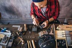 Junger Mann konzentriert auf das Säubern des Werkzeugs lizenzfreies stockbild
