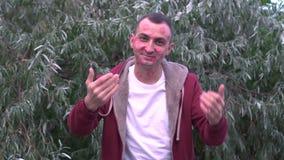 Junger Mann lädt jemand mit Gesicht voll von Lippenstiftkennzeichen von Küssen ein stock video footage