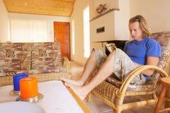 Junger Mann liest ein Buch Stockfoto