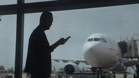 Junger Mann macht Foto vom Flughafengebäudefenster stock footage