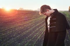 Junger Mann meditieren lizenzfreies stockfoto