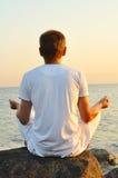 Junger Mann meditiert Stockfoto
