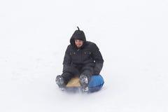 Junger Mann mit Achterbahn reitet in den Winter Lizenzfreie Stockfotografie