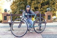 Junger Mann mit altem Fahrrad Stockfoto