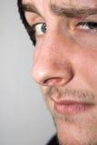 Junger Mann mit angehobener Augenbraue Stockbild