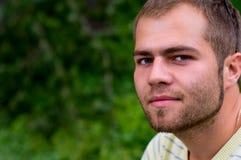 Junger Mann mit Bart Stockfoto