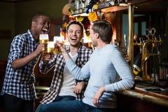 Junger Mann mit Bier lizenzfreies stockfoto