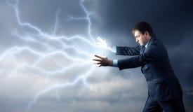 Junger Mann mit Blitzen von seinen Händen Lizenzfreie Stockbilder