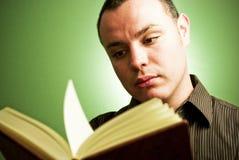 Junger Mann mit Buch Lizenzfreie Stockfotos