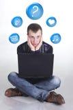 Junger Mann mit Computer Stockbild