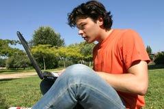 Junger Mann mit Computer Stockfoto