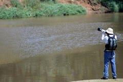Junger Mann mit dem Berufskamerafotografieren stockbild