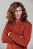 Junger Mann mit dem langen, kastanienbraunen Haar Lizenzfreie Stockfotografie