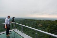 Junger Mann mit dem Machen eines Fotos auf die Oberseite von Bergen Lizenzfreie Stockfotografie