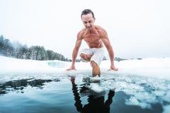 Junger Mann mit dem mageren muskulösen Körper, der geht zu schwimmen lizenzfreies stockbild