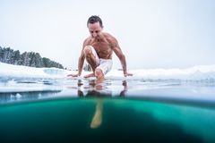 Junger Mann mit dem mageren muskulösen Körper, der geht zu schwimmen lizenzfreie stockfotografie
