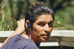 Junger Mann mit dem In-Ohr-Kopfhörer Lizenzfreie Stockfotografie
