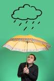 Junger Mann mit dem Regenschirm, der oben auf einer Regenwolke schaut Lizenzfreie Stockfotografie