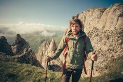 Junger Mann mit dem Rucksack, der Reise im Freien wandert Stockfotos