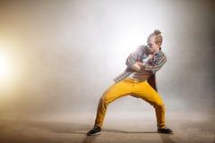 Junger Mann mit den gekreuzten Armen und den Beinen auseinander wartet auf sein Solo im Tanz lizenzfreie stockfotos