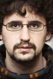 Junger Mann mit den Gläsern, die ernst schauen Lizenzfreies Stockfoto