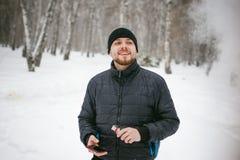Junger Mann mit einem Bart draußen im Schnee im Winter Lizenzfreie Stockbilder