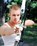 Junger Mann mit einem Bogen Stockbild