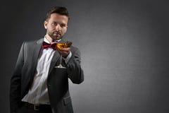 Junger Mann mit einem Cocktailglas lizenzfreie stockbilder