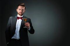 Junger Mann mit einem Cocktailglas lizenzfreie stockfotos