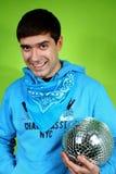 Junger Mann mit einem discoball Lizenzfreie Stockfotografie