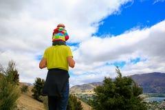 Junger Mann mit einem kleinen Mädchen auf seinen Schultern Irgendwo in Neuseeland Lizenzfreie Stockfotografie