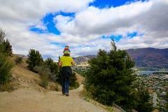 Junger Mann mit einem kleinen Mädchen auf seinen Schultern Irgendwo in Neuseeland Lizenzfreie Stockbilder