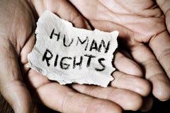 Junger Mann mit einem Papier mit den Menschenrechten des Textes lizenzfreies stockfoto