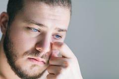 Junger Mann mit einem Problem Stockbild