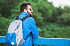 Junger Mann mit einem Rucksack Lizenzfreies Stockfoto