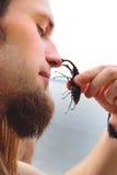 Junger Mann mit einem schwarzen Käfer Stockfoto