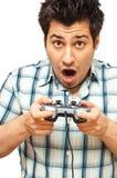 Junger Mann mit einem Steuerknüppel, der Videospiele spielt lizenzfreie stockfotografie