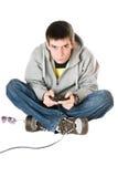 Junger Mann mit einem Steuerknüppel für Spielkonsole. Getrennt stockbild