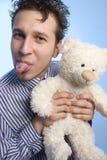 Junger Mann mit einem Teddybären Lizenzfreie Stockfotografie
