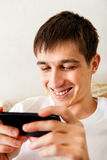 Junger Mann mit einem Telefon Stockfotos