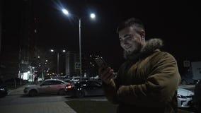 Junger Mann mit einem Telefon Hübscher junger Mann, Super- angeschlossen mit Freunden und Familie stock footage