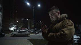 Junger Mann mit einem Telefon stock video