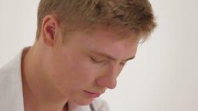 Junger Mann mit einem traurigen Ausdruck auf seinem Gesicht stock footage